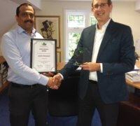 MD Arnon Rubinstein presenting Jason Fernandes his long service award
