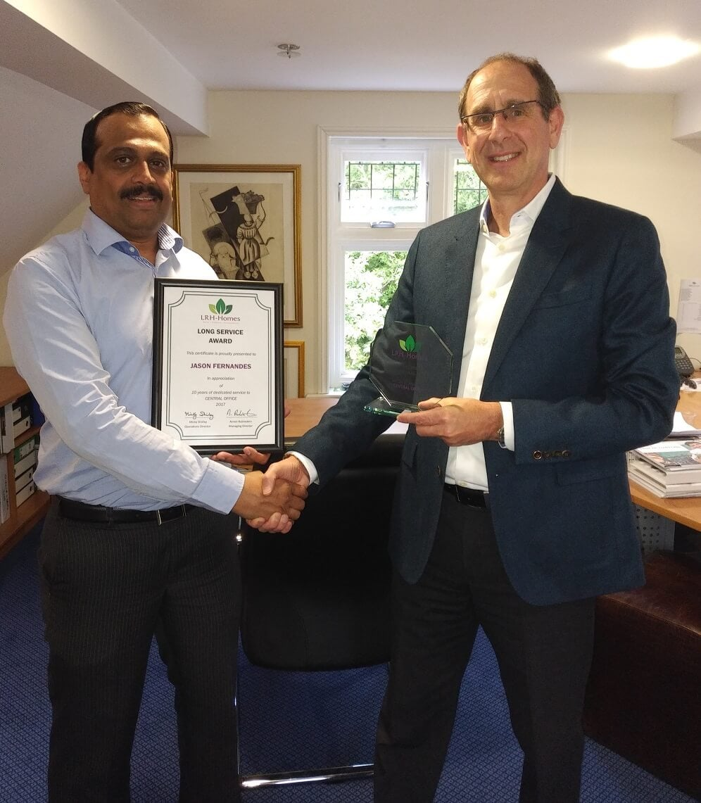 MD Arnon Rubinstein presenting Jason Fernandes his long service award